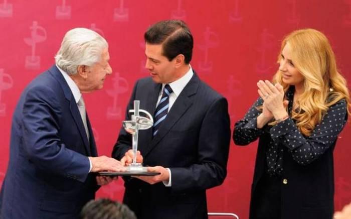 premio-luz-de-plata_ignacio-lopez-tarso_bertha-navarro3